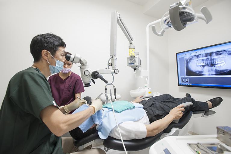 歯科医師の指導医が治療を行います。