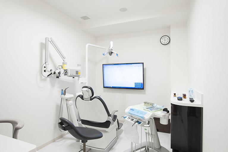 虫歯、歯周病、抜歯などの治療や予防、インプラント、義歯など幅広く診療を行っています。